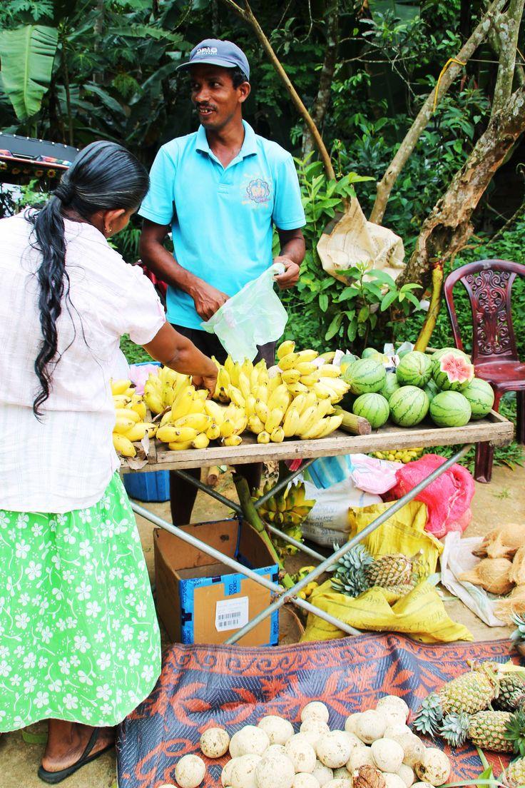 fruitverkoper met bananen, ananas, meloen, kokosnoten en woodappel