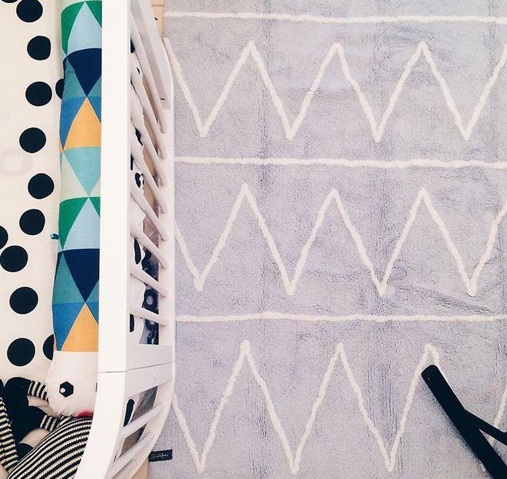 @amomooui em projeto especial de @pabloarquitetura para o filho Theo, que optou por peças modernas e de design como a luminária Sputnik, cadeira Acapulco e tapete da @mimootoysndolls.  No berço da marca Sleeper, Pablo escolheu lençol CRUZ COLOR, protetor de berço TRI AZUL, manta tricot CINZA e adesivos de parede TRIANGULOS para completar o look. #decoration #boysroom #quartodemenino #home #quartodebebe #nursery #modern #beautiful #blue #archilovers #bedroom #decor #details #inspiration…