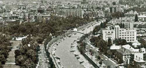 El puente-pasarela curvo, en detalle de una imagen fotográfica del río Mapocho, hacia 1970 según suponemos. Fuente imagen: sitio web Ente...