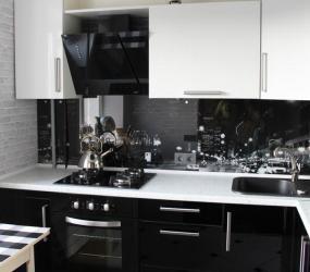 Маленькая черно-белая кухня