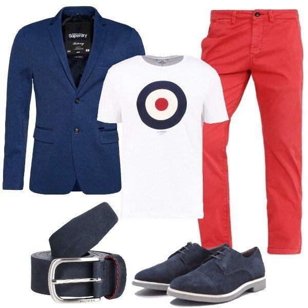 Sotto la giacca blu navy, la t-shirt bianca stampata è abbinata al pantalone a sigaretta rosso e alla cintura blu in pelle con cucitura a contrasto. Per completare il look, le scarpe stringate scamosciate.