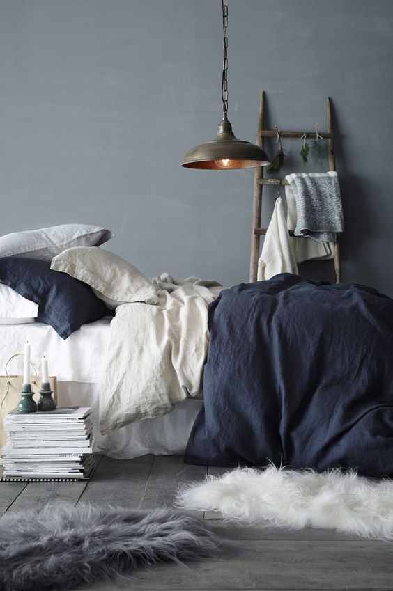 Grijsblauw op de muur, grijsblauwe meubels of accessoires. In de woonkamer, slaapkamer of keuken,...