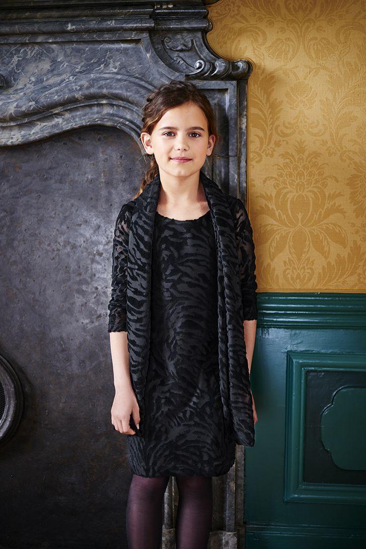 Zwarte meisjes jurk, met lange mouwen, style DEENA, van de Baker Bridge collectie Party in Black. Een feestelijke kinderkleding collectie. Voor jongens en meisjes van maat 92 t/m 176, ongeveer 2 t/m 16 jaar. Speciaal voor de feestdagen, Kerstmis, familie etentjes of Kerstdiner op school. (Maar ook geschikt voor een verdrietige gelegenheid als een begrafenis) http://www.bakerbridge.eu/
