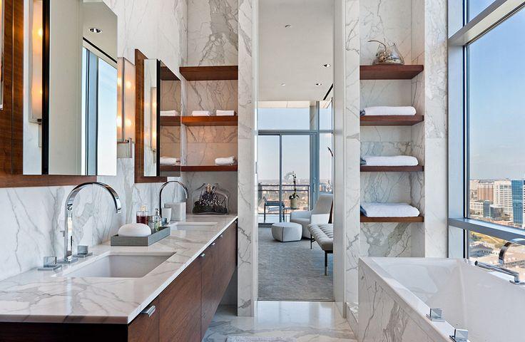 Встроенные полки в мраморную стену в ванной