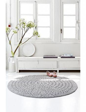 お部屋をやわらかな雰囲気にしてくれる。円形ラグをインテリアに ... 白一色のお部屋のポイントになっているのが、ペールトーンの