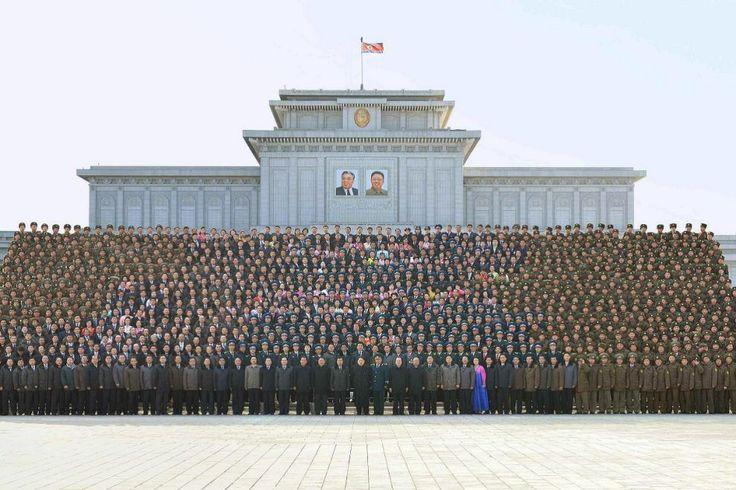 Il leader della #CoreadelNord Kim Jong-un (in basso al centro) posa per una foto di gruppo con gli scienziati, i tecnici e gli ufficiali del team che ha realizzato con successo il lancio di un #satellite in orbita. Sebbene #Pyongyang abbia dichiarato che il satellite verrà utilizzato per l'osservazione terrestre, la comunità internazionale ha visto il lancio come un test di prova per l'impiego di missili balistici intercontinentali. (© Ansa)