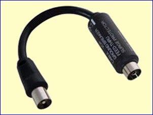 Bij het aansluiten van uw PC op uw A/V-installatie ontstaat vaak een bromtoon in de luidsprekers van één van beide of, meestal, van beide installaties. Dit verschijnsel wordt veroorzaakt door een zogenaamde aardingslus. U kunt dit voorkomen door uw FM-tuner en uw TV via een mantelstroomfilter MSF-1C aan te sluiten op de antenne einddoos van uw CAI-installatie. http://www.vego.nl/hirschmann/msf_1c/msf_1c.htm
