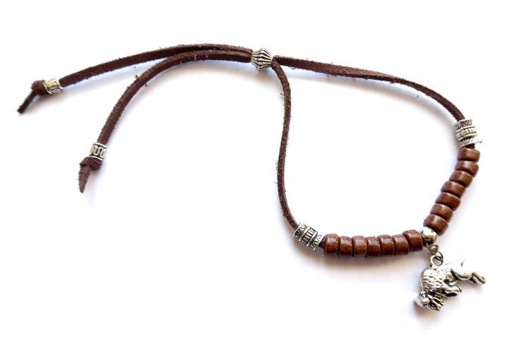 Armband i brun mocka med detaljer i silverplätering och bruna…