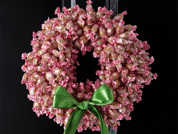 Cool DIY Christmas Wreaths For Foodies » DIY Wrapped Candy Christmas ... - See more beautiful DIY Chrsitmas Wreath ideas at DIYChristmasDecorations.net!