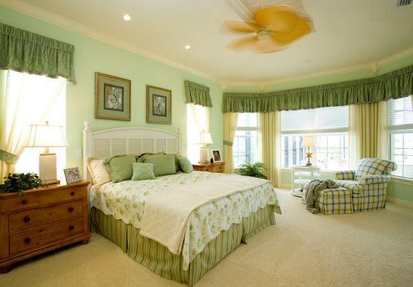 Текстильное оформление спальни в зеленых тонах