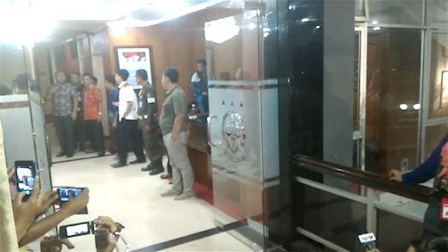 Penyidik KPK kembangkan kasus PT. Brantas Abipraya. Mereka menggeledah ruang kerja Kepala Kejati Jakarta, Sudung Situmorang dan Aspidsus, Saut Sitepu.
