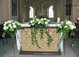 Fleurir les bancs de l'église, l'autel ou même l'église toute entière, nous trouverons avec vous la décoration florale adaptée à votre budget.