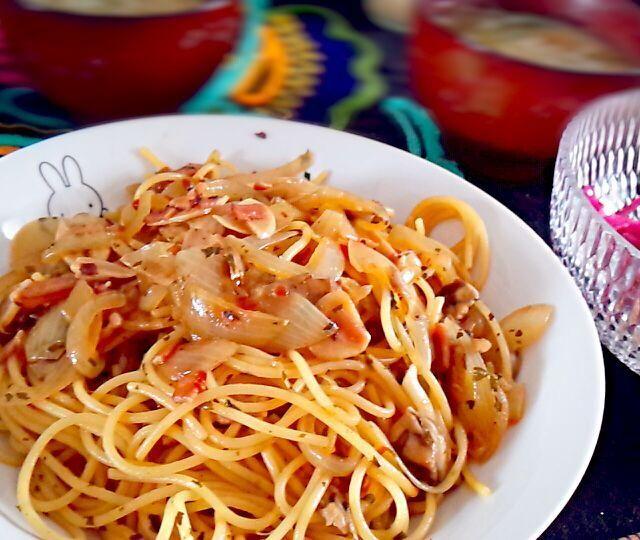今日のお昼ご飯(っ´ω`c)☆。+゚ - 19件のもぐもぐ - ベーコン玉ねぎ舞茸の具沢山ペペロンチーノ、ネギとソーセージのコンソメスープ、市販のサラダにミニトマトとラディッシュの千切り! by Yuko0421