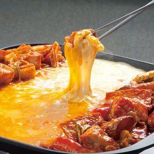 お家で簡単に作れるチーズタッカルビ(ダッカルビ)レシピです。韓国や日本で話題のチーズタッカルビ♪甘辛く味付けされたお肉や野菜、トッポギを、同じ鉄板で溶かしたトロ...