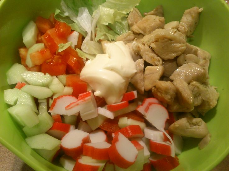 Tak! Ponownie paluszki krabowe, ale tym razem w innej odsłonie! Wszystkie składniki widoczne na zdjęciu, czyli:sałata, pomidor, ogórek, oczywiście paluszki krabowe i ... kurczak. Prosty sposób na kurczaka to rozpuszczenie kostki rosołowej (odpowiednia wielkość kostki do ilości mięsa) w oleju, wymieszanie z kurczakiem i usmażenie! :) Proponuję, by sałatki już nie solić, gdyż kostka rosołowa jest wystarczająca słona i można łatwo przesadzić z jej ilością! :)