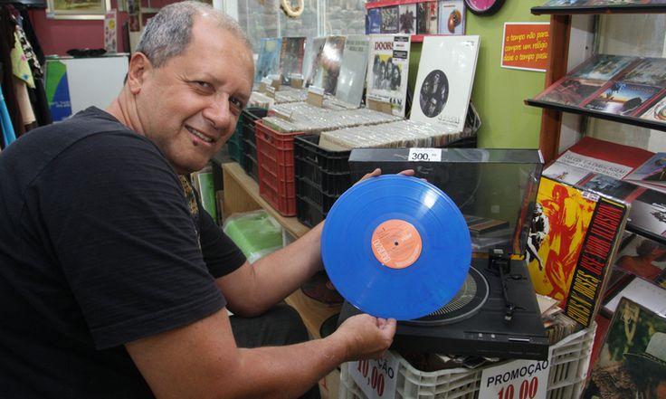 Mais um review positivo, não foi mencionado o nome da Megaprog, mas dá para ver os CDs do lado direito da foto, na loja de BH : ASA DE LUZ (MG), PABLO EL ENTERRADOR (Argentina), MOTTA e DOMINGOS (Santos-SP), DRAGONLAND (Suécia), MALEFACTOR (Bahia), SECRET SPHERE (Itália), SEVEN GATES (Itália), DOGMA (MG), além do LP das BOLHA (Um Passo a Frente). Trabalho forte na distribuição de CDs e LPs e no apoio as bandas brasileiras de heavy metal e rock progressivo.