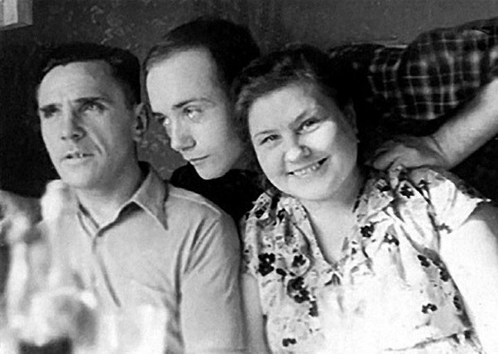 Леонид Куравлев с мамой Валентиной Дмитриевной и папой Вячеславом Яковлевичем