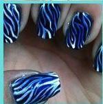 nagels met blauwe/zwarte streepjes