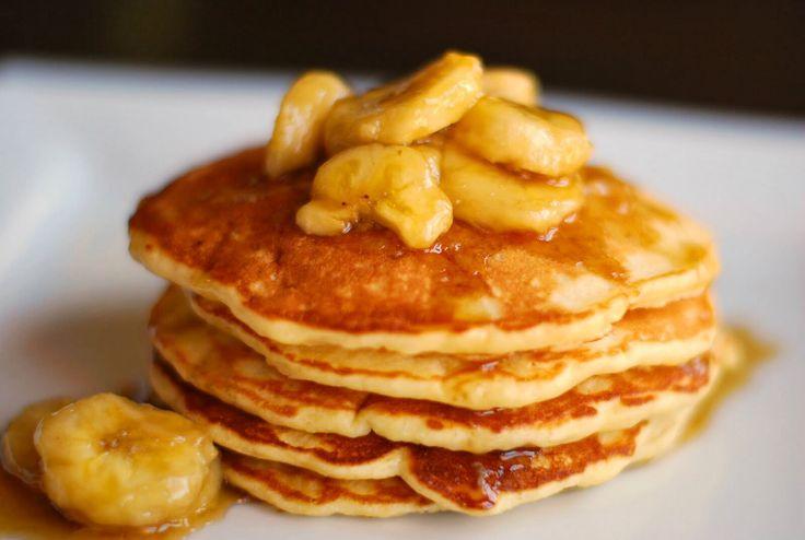 Para una persona  - 1 huevo  - 1 banano Preparación: cortar el banano en rodajas y depositarlo en la licuadora. Luego se agrega el huevo y por último poner esencia de vainilla al gusto.   Untar la base del sartén de mantequilla,luego poner la mezcla y listo. Poner miel si lo deseas