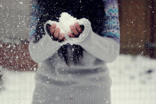 Iarna isi intra cu adevarat in drepturi. Desi suntem vrajiti de peisajul feeric de afara, nu trebuie sa uitam ca frigul usuca pielea, in special tenul si pielea mainilor. De aceea este imperios necesar sa folositi crema hidratanda si sa nu va uitati niciodata manusile acasa!  In rest, ramane doar sa va bucurati de acest anotimp de poveste!