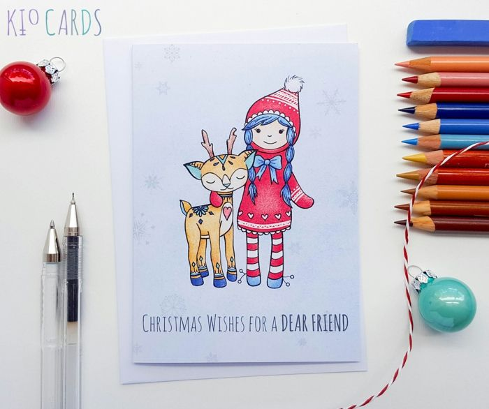Weihnachtskarten für Kinder, Mädchen mit Rentier, Buntstifte und kleine Christbaumkugeln