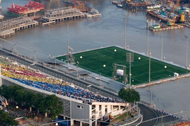 Marina Bay Floating Stadium  Die schwimmende Plattform in Singapur ist 120 Meter lang, 83 Meter breit und wird von einer bis zu 30 Meter hohen Umzäunung umrandet. Als Last kann sie 1070 Tonnen tragen, was dem Gewicht von 9000 Personen entspricht. Fußballspiele werden hier allerdings nur sporadisch angepfiffen. Irgendwie schade.