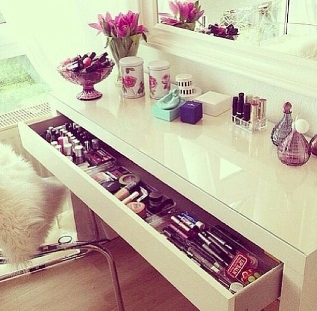 I soooo would love to have a drawer full of make up like this... :)
