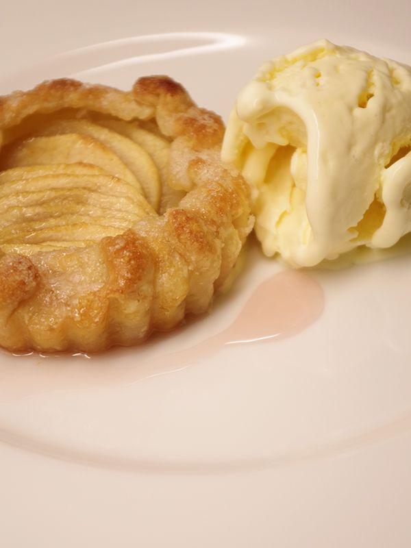 God äppeltarte med vaniljglass. Läs mer på recept.com