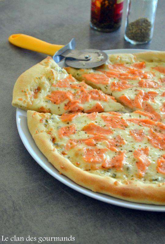 Pour 2 à 4 personnes:  1 pâte à pizza (voir recette ici)  200g de mozzarella  4 tranches de saumon fumé  4 c à s de crème fraîche épaisse  1 c à s de jus de citron  ciboulette  2 pincées de sel de Guérande  origan