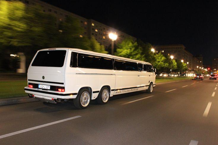 Auch ein schöner Rücken, kann Entzücken. Unsere Bulli Limo bei Nacht auf Lichterfahrt durch Berlin. #VW #T3 #Bulli #Limousine #Berlin