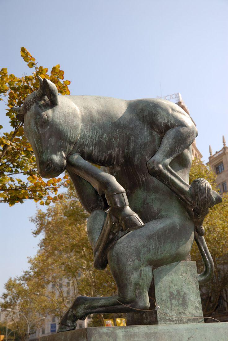 El Toro pensante de la Rambla de Catalunya,  El Pensador de Rodin no es la única escultura que se devana los sesos para comprender el sentido de la vida, Josep Granyer, muy infuido en su carrera por el cubismo, el surrealismo y una constante fascinación por el mundo animal, ideó el Toro pensante, ubicado en la Rabla de Catalunya desde 1972. No hace mucho sufrió un intento de robo, pero él sigue ahí, concentrado. Cerca, la Girafa coqueta, otra escultura del autor, observa también la vida…