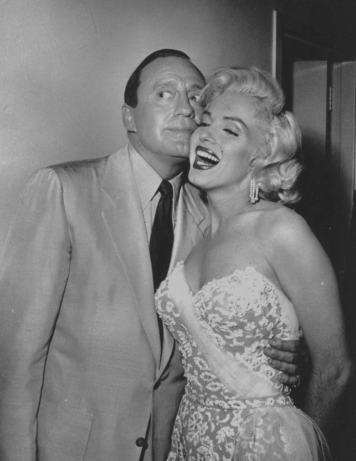 """1953 / Marilyn gjorde hendes tv-debut 13 September, 1953 med Jack BENNY i et optaget show på """"helligdom Auditorium"""" kort efter udgivelsen af """"Gentlemen foretrækker blondiner"""".  Hun spillede med ham i en sketch og sang """"Bye Bye Baby"""", en sang fra filmen.  Den skit blev kaldt """"Honolulu tur"""" og blev udsendt på CBS."""