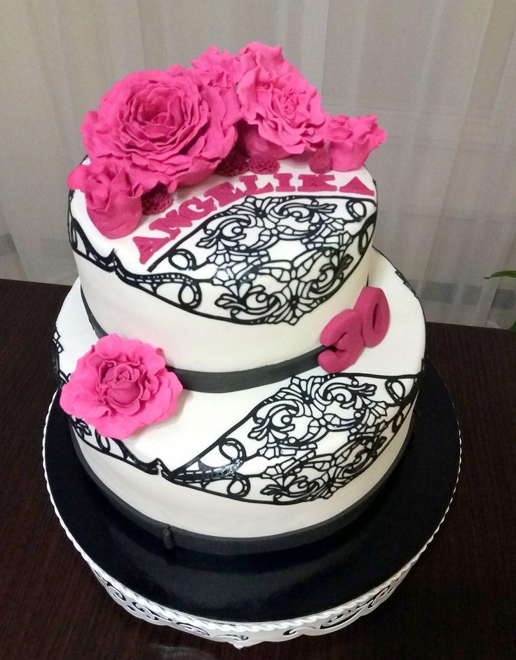 tort z czarną koronką