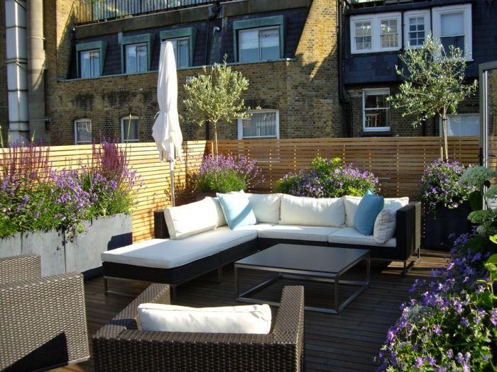 terrassengestaltung schicke außenmöbel weiße gartenauflagen pflanzen