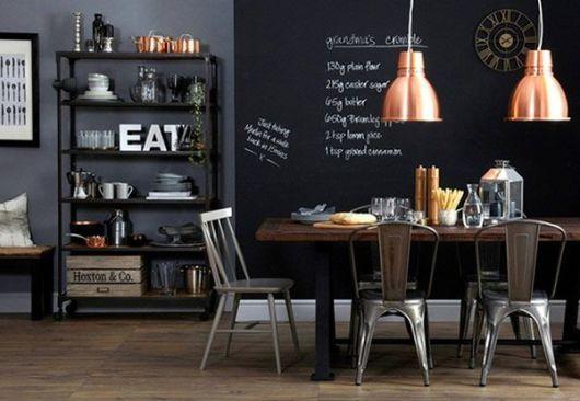 Cor cinza na parede aonde fica a geladeira e fogão e cor de lousa na parede lateral aonde fica o balcão encostado na parede.