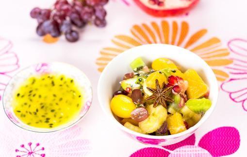 Hedelmäsalaatti ja passiohedelmäkastike