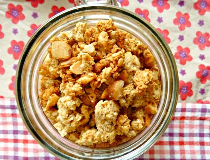 Granola 250g de flocons d'avoine (ou d'épeautre, …) 50g d'eau 100g de miel +/- 30g cassonade 30g d'huile neutre (colza…) 20g farine 100g fruits à coque (noix, noisettes, noix du brésil, amandes entières ou effilées, noix de pécan…) concassés 25g riz soufflé (facultatif, mais je devais en écouler :P) 1 bonne CS vanille Facultatif : raisins secs, noisettes grillées, pépites de chocolat… A ajouter après cuisson