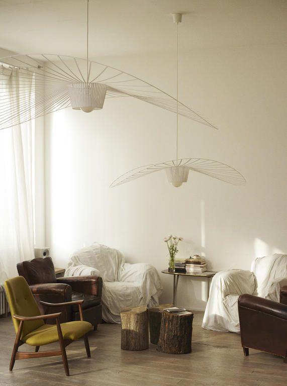 """Vertigo är en fantastisk lampa med karaktär, formgiven av Constance Guisset för Petit Friture. Designern själv har beskrivit Vertigo som en """"krypinlampa"""". Den grafiskt luftiga formen skapar sitt eget utrymme i rummet och omsveper miljön i en intim atmosfär. Glasfibret gör Vertigo oerhört lätt och taklampan får en extra charm av att den långsamt roterar efter luftdrag i rummet. Ljuset från lampan får mönstret att ge ifrån sig ett fantastiskt vackert skådespel av skuggor på väggarna."""