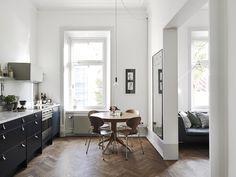 suelo de madera de roble en espiga sillas ant madera de nogal estilo nórdico escandinavo encimera de marmol cocina Elegante y cálido suelo de madera dormitorio cama en altillo cocina moderna mint cocina moderna azul blog decoracion interiores
