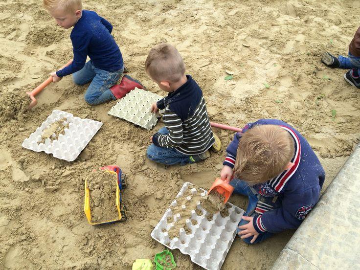 Eierdozen in de zandbak voor een nieuw spelimpuls