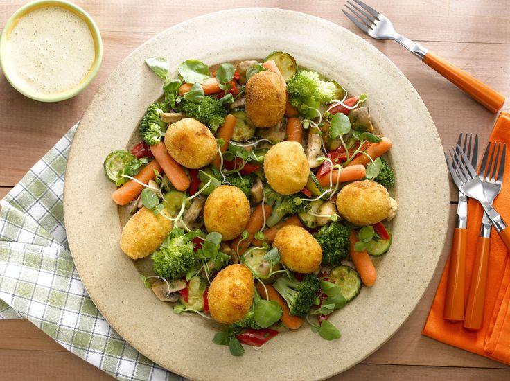 Disfruta de un Jardín de vegetales y huevitos de papas, una forma novedosa de comer saludable con ingredientes deliciosos.