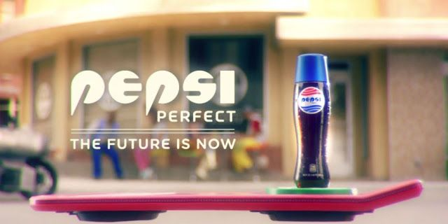 """Pepsi celebrará el aniversario de """"Volver Al Futuro"""" con botella especial   La marca estadounidense lanzará una edición limitada de """"Pepsi Perfect"""" igual a la que se puede ver en la segunda película de la trilogía de ciencia ficción.  El próximo 21 de octubre miles de fanáticos de la trilogía de """"Volver Al Futuro"""" celebrarán el día en que Doc con Marty McFly viajan al futuro en la segunda parte de la producción cinematográfica.  Conocido como el día de Volver Al Futuro la compañía de bebida…"""