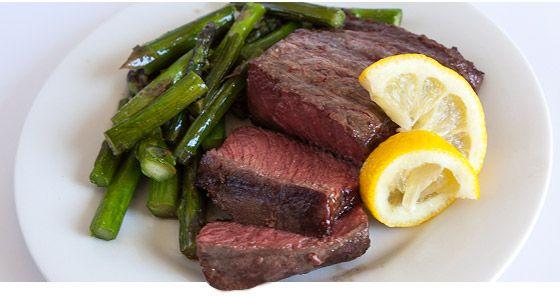Стейк (мякоть верхней или нижней части говяжьего бедра)  Содержание протеина: 23 г в 85 г порции-Отбивные из свинины (мясо без костей) Содержание протеина: 26 г в 85 г порции(залейте свиные отбивные рассолом, приготовленным из расчета ¼ стакана соли на 4 стакана воды (не жалейте воды, мясо должно быть полностью покрыто маринадом), и поставьте мясо в холодильник на время от 30 минут до 2 часов.)