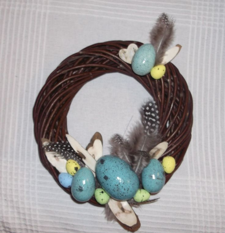 Wianek wielkanocny z wikliny, jajka styropianowe malowane farbą i lakierek akrylowym, pióra perliczki/ Wicker Easter wreath, styrofoam eggs painted with acrylic paint,  guinea fowl's feathers, author: Daria