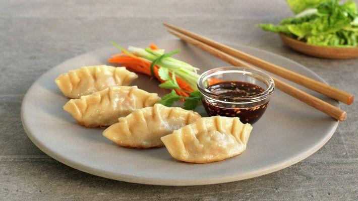 Asiatiske dumplings er fylte hvetedeigsputer, og er så vel restaurantmat som typisk gatemat i store deler av Asia. Variasjonene er nærmest uendelige både på smak og utseende. Her har vi valgt å fylle dem med svinekjøttdeig smaksatt med chili, hvitløk, soya og sesam. Oppskriften gir ca. 8 dumplings per porsjon.