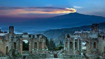 """Des temples grecs aux palais baroques en passant par l'Etna 🌋 et son paysage lunaire, ou Cefalú, la charmante ville de """"Cinema Paradiso"""", la Sicile ☀️ regorge de joyaux.   #Sicile #Italie #etna #volcan #paysage #voyage #mer #plage #randonnee #escapade #travel #trips #merveille #tripadvisor #voyageexpert #nature #wanderlust #viator #getaway #tourisme #decouverte #bucketlist #vacances #holidays #amazingdestination"""