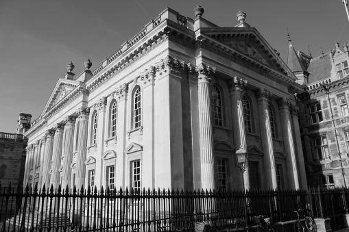 Cambridge – ciudad de casamiento, nacimiento y vida universitaria – La vida epicúrea y británica de Emma