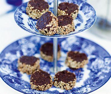 Nyttiga godbitar med kokos och choklad naturligt sötade med dadlar. Vem kan motstå? Med en rulle chokladkickar på lut i kylen stillar du snabbt sötsuget när det slår till.