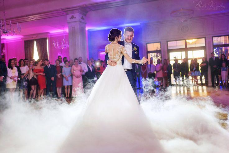 Fotografia ślubna Kraków Białe Kadry www.BialeKadry.pl   #zdjęciaślubne #fotografiaślubna #ślub #wesele #ślubnagłowie #kraków #małopolska #fotografślubny #fotograf #fotografslubny #fotografiaslubna #pannamloda #panmlody #paramłoda #justinalexander  #pierwszytaniec #ciężkidym #taniec #taniecwchmurach