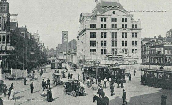 In 1912 werd op het braakliggende terrein van de vroegere Beurs van Zocher aan het Damrak een houten noodgebouw betrokken waar de zaken zich gunstig ontwikkelden. Men besloot ernaast een nieuw gebouw neer te zetten. Om de financiering met de hypotheekbanken rond te krijgen werd de fourniturenwinkel omgezet naar een warenhuis. Door de Eerste Wereldoorlog loopt de bouw vertraging op. Het warenhuis kon pas in 1915 geopend worden
